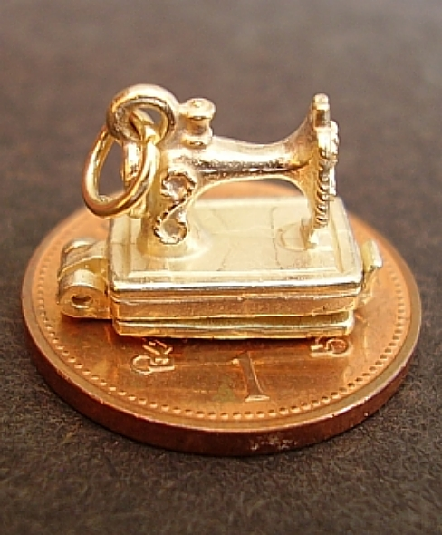 Sewing Machine 18ct Gold Charm