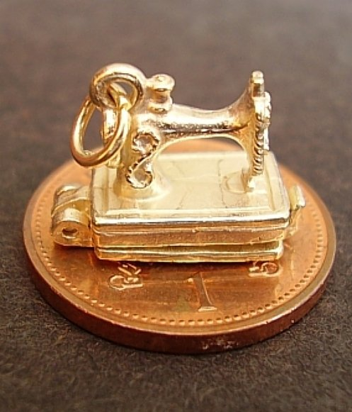 Opening Sewing Machine 9ct Gold Charm