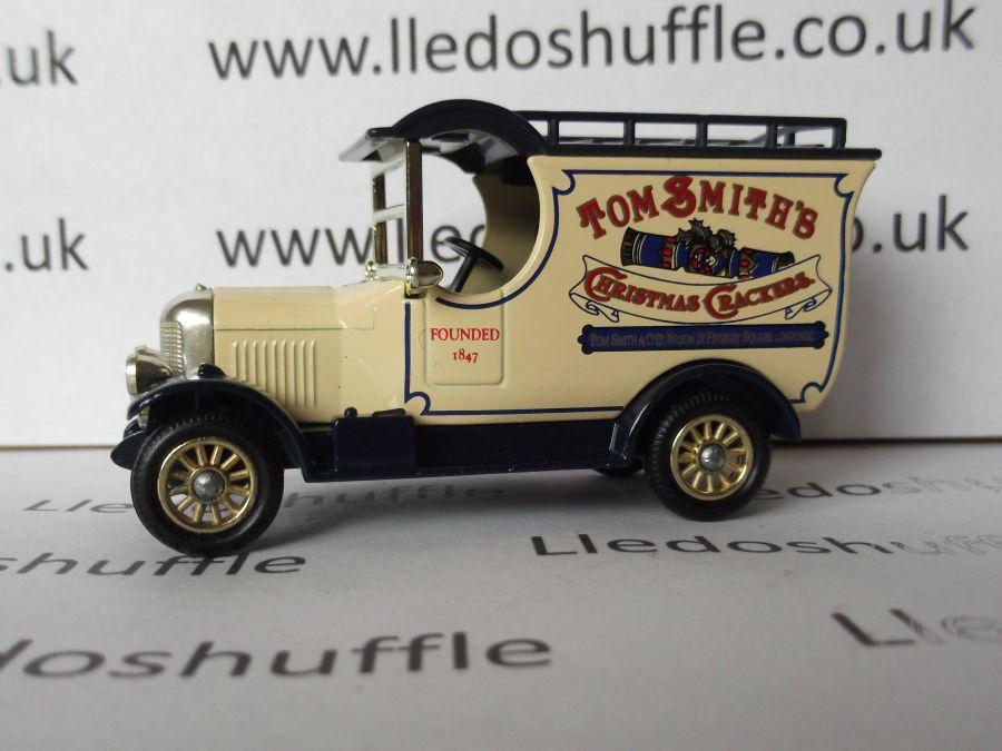 DG50016, Bull Nose Morris Van, Tom Smiths Christmas Crackers
