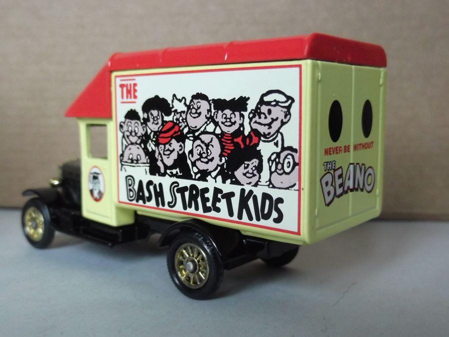 DG52030, Morris Parcels Van, The Bash Street Kids