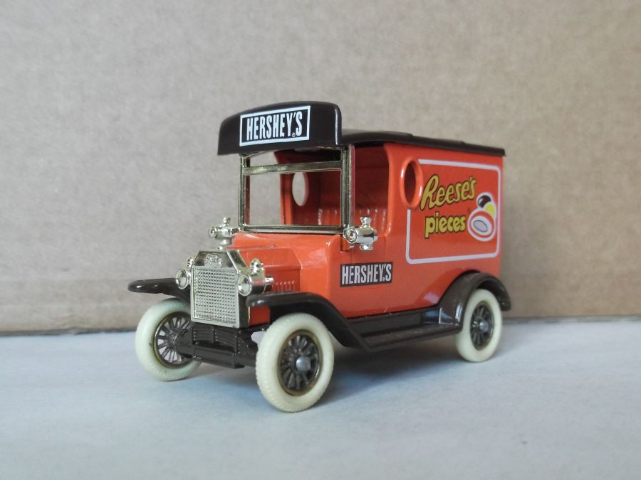 DG06055, Model T Ford Van, Hershey's Reeses pieces